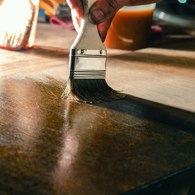 Vernir des tables en bois